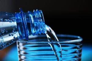 bottle 2032980 1920 300x200 - Nie pijesz tyle wody ile powinieneś? Poznaj sposoby, które to zmienią
