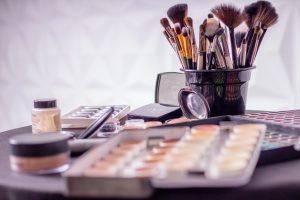 assorted blur close up container 1115128 300x200 - Jakie akcesoria do makijażu wybrać na prezent?