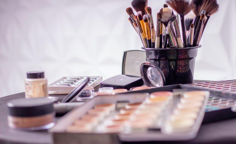 assorted blur close up container 1115128 820x500 - Jakie akcesoria do makijażu wybrać na prezent?