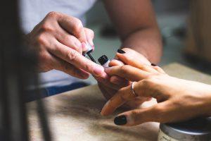 nail polish application 1820061 300x200 - Najpopularniejsze rodzaje manicure – znasz wszystkie?