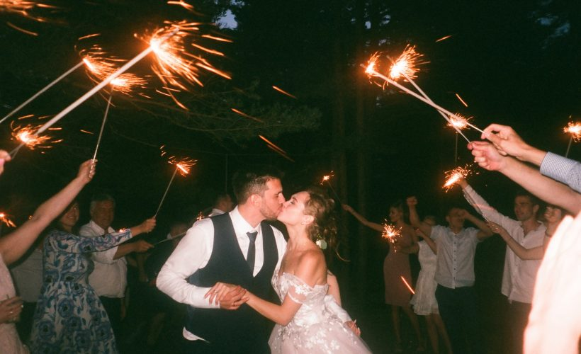 people raising lit sparklers while encircling bride and 1371807 820x500 - Poznaj najpopularniejsze zabawy na wesele