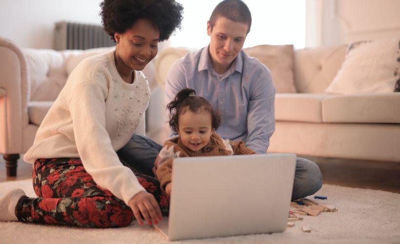 photo of family sitting on floor while using laptop 3818963 820x500 - YouTube Kids – zadbaj o rozrywkę dla swoich dzieci