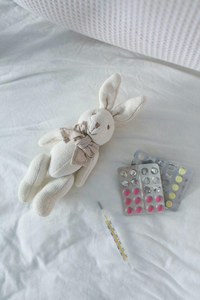 thermometer and pills on bed 3873215 683x1024 - Antybiotyki umałych dzieci – co musisz wiedzieć naich temat? Sprawdzamy!
