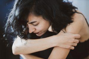 woman wearing black camisole 3356489 300x200 - Jak pomóc bliskim, którzy cierpią na choroby psychiczne?
