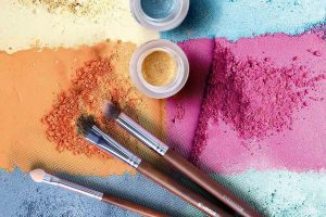 colored powders and brush 1749452 300x200 - Kosmetyki mineralne – czyli?