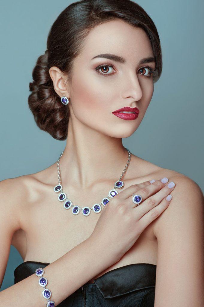 elegancka kobieta wkomplecie biżuterii zbiałego złota zszafirami1 681x1024 - Dlaczego warto kupić kolczyki zszafirem
