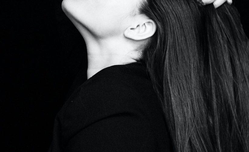 grayscale photo of woman with her eyes closed touching her 2166774 820x500 - Przedłużanie włosów – te rzeczy musisz wiedzieć