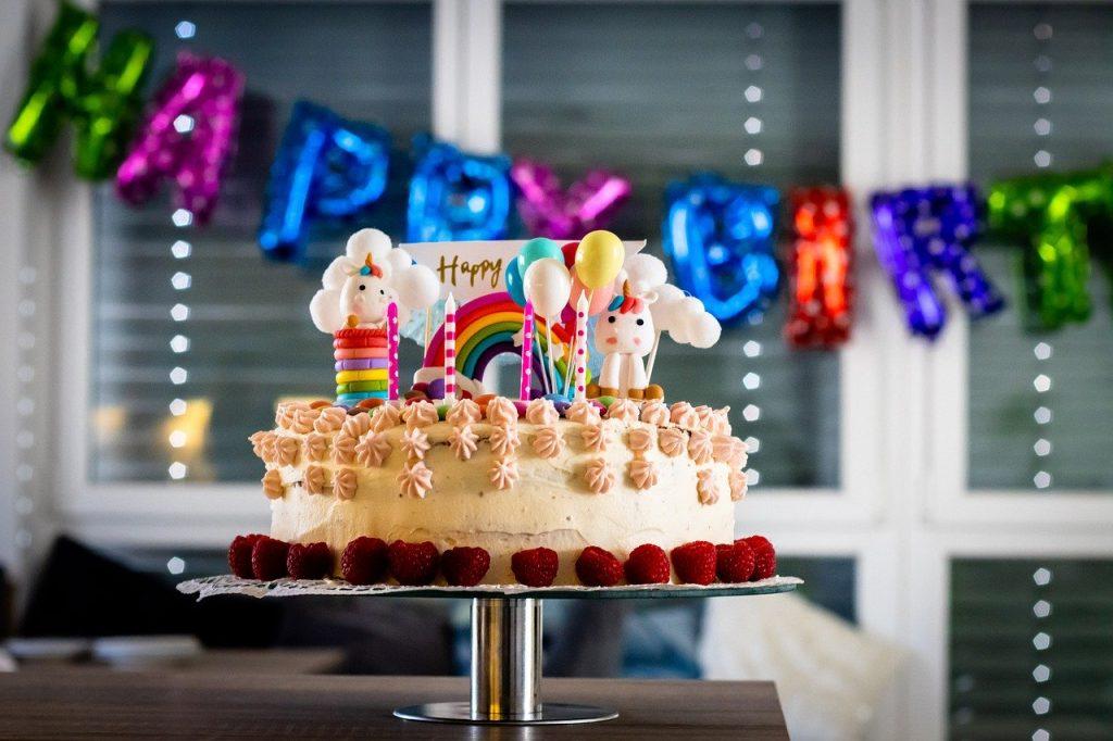 happy birthday 4904779 1280 1024x682 - Zabawy naurodziny dziecka, które zachwycą małego solenizanta