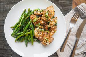 plate of cooked meat with cooked vegetable 2116094 300x200 - Kilka pomysłów na smaczny i zdrowy obiad