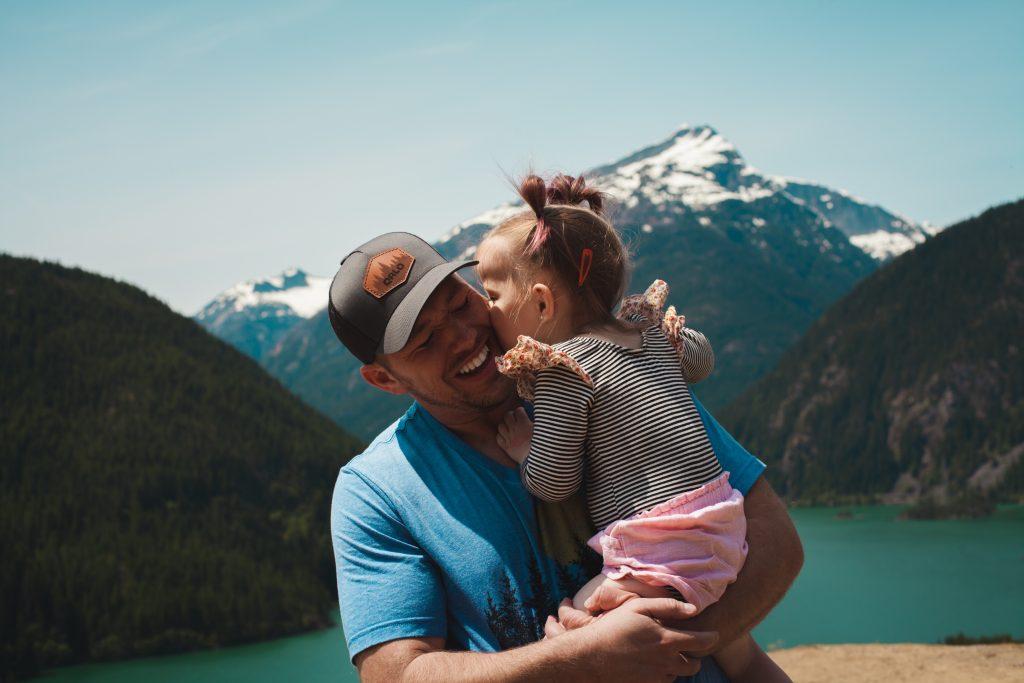 man carrying her daughter smiling 1157395 1024x683 - Jak wybrać prezent naDzień Ojca? Podpowiadamy!