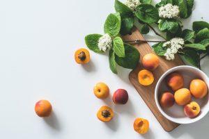 apricot fruits on bowl 1028599 300x200 - Kwiaty jadalne – dowiedz się o nich więcej!