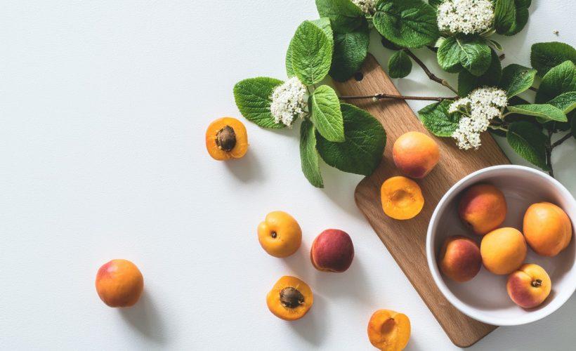 apricot fruits on bowl 1028599 820x500 - Kwiaty jadalne – dowiedz się o nich więcej!