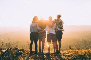 backlit dawn foggy friendship 697243 300x200 - Jak dbać o relacje z przyjaciółmi?