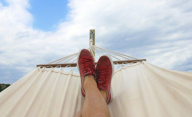pair of red and white low top sneakers 914929 820x500 - Jak wyjechać na wakacje za granicę i nie zrujnować budżetu?