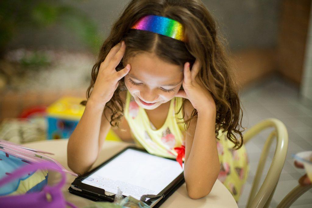 patricia prudente qESmLLXAmWs unsplash 1024x683 - Jak wybrać odpowiednie gry online dla dzieci? Podpowiadamy!