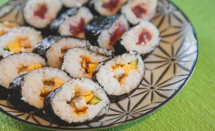 pexels ryutaro tsukata 6249495 820x500 - Sushi z dowozem – czy to dobry pomysł na randkę?
