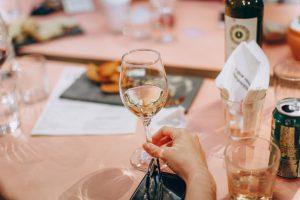 pexels helena lopes 696215 300x200 - Wino – trunek który kochamy, ale nie znamy. Czas na zmiany!