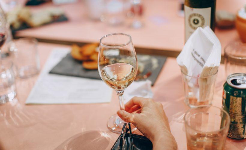 pexels helena lopes 696215 820x500 - Wino – trunek który kochamy, ale nie znamy. Czas na zmiany!
