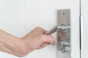 modern door handle 300x200 - Naprawa drzwi Kraków – z czyjej pomocy skorzystać po włamaniu?