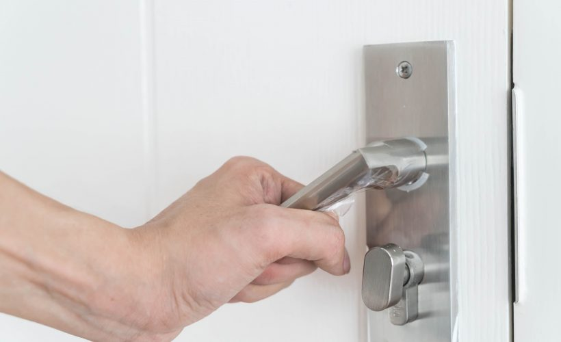 modern door handle 820x500 - Naprawa drzwi Kraków – z czyjej pomocy skorzystać po włamaniu?
