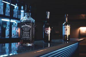 pexels vazha despotashvili 6032657 300x200 - Jack Daniels Black – za co kochamy ten trunek?